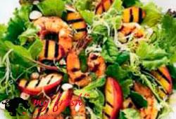 Салат с креветками гриль и нектаринами.