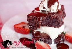Воздушный торт с шоколадно-клубничной начинкой.