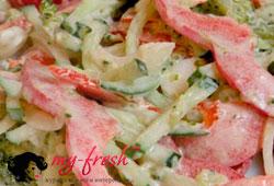 Овощной салат с колбасой.