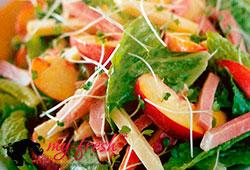 Салат с сыром чеддер и цикорием.
