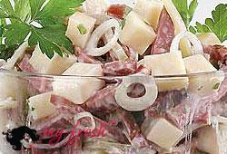 Салат с острыми колбасками