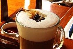 Кофе мокко-флип с шоколадной стружкой