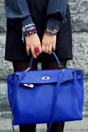 Благородный синий: с чем сочетать сумку синего цвета?