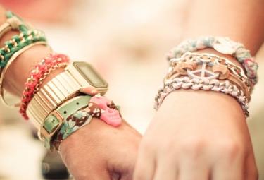 На какой руке носить браслет