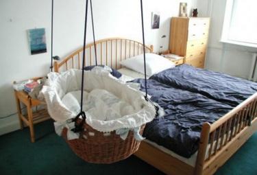 Почему колыбель для ребёнка лучше обычной кроватки?